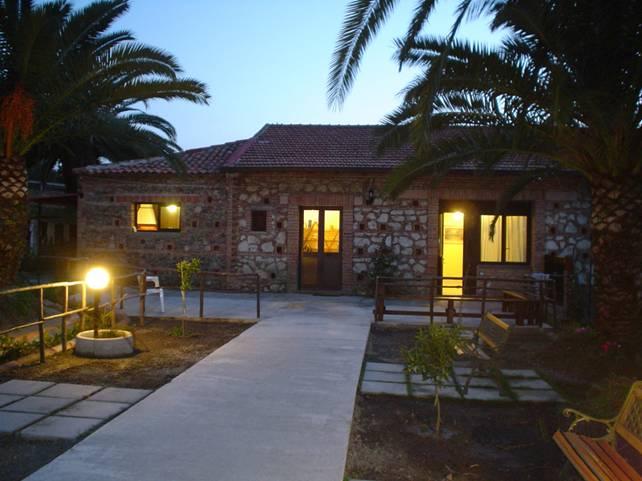 Amazing della villa si accolti da un bel giardino con for Progetti di case in campagna